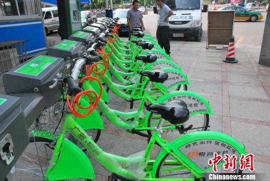 柳州街头公共自行车租赁系统陆续装上,预计国庆前夕市民就可以借此骑行。图为整齐摆放在街头的公共自行车。周潇男 摄