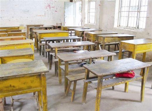 学生原来使用的残破课桌椅。 自治区教育厅供图