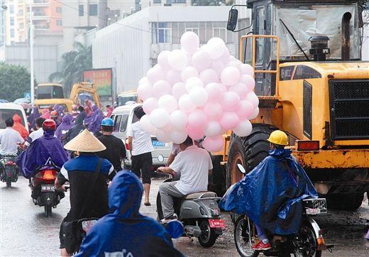 拉气球。生活报记者何学俏 图