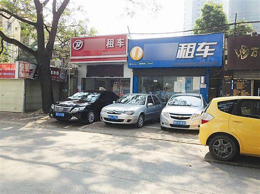 南宁星湖北一里某租车公司前,停放了不少待租车辆。