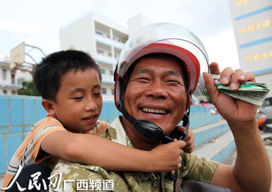 """大新县优化教育资源让""""小候鸟""""进城"""