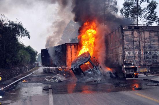 两辆货车迎面相撞车辆爆炸起火燃烧