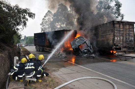消防官兵根据现场形势进行灭火扑救。