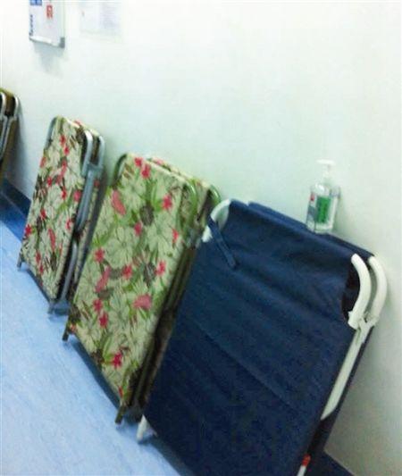 深蓝色床为林女士购买的折叠床,跟医院提供的大小一致。 南国早报记者何秀 摄