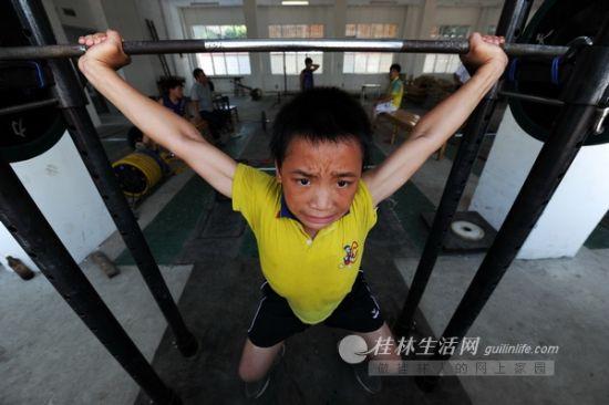 艰苦的训练,每一次举起都用尽全力。记者 唐艳兰 摄
