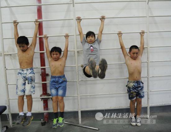 体校的孩子们正在进行体能训练。记者 唐艳兰 摄