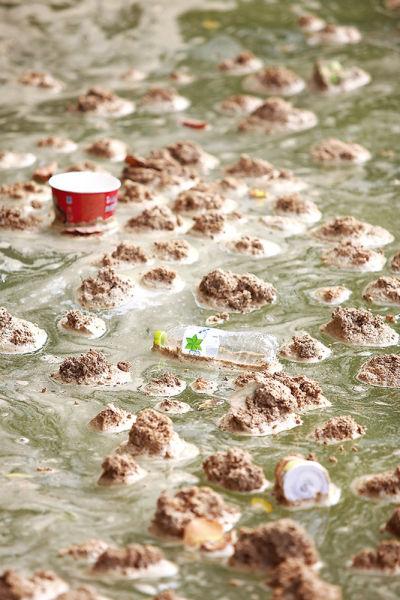 混杂在漂浮物中的垃圾 南国早报记者邹财麟 图