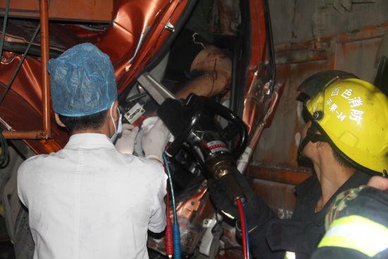 消防官兵救援车祸被困人员。