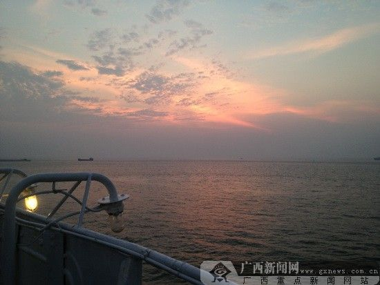 """在""""北部湾之星""""邮船的甲板上欣赏晚霞 广西新闻网 记者 蒙灵 摄"""