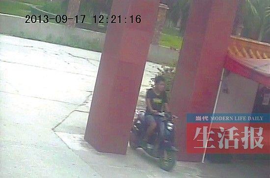 小偷进入黄先生所住的小区的录像截图。