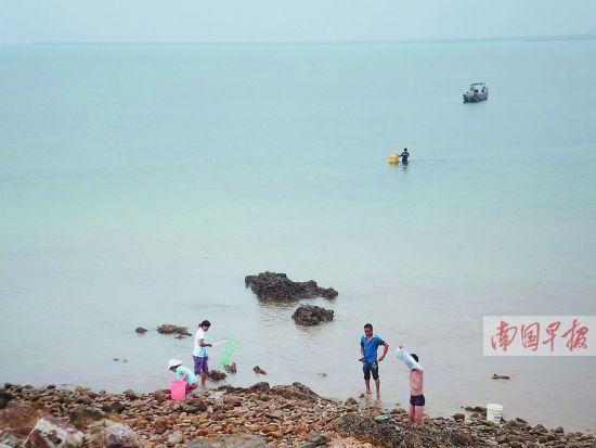 海水的颜色正逐渐恢复正常。 南国早报记者 赵劲松 摄