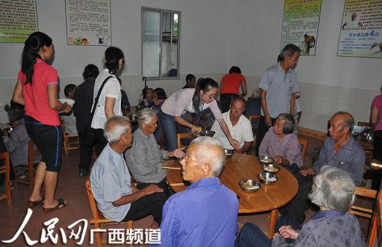 幸福院有专门的管理人员和常驻的志愿者为老人服务。 人民网记者 张红璐 摄