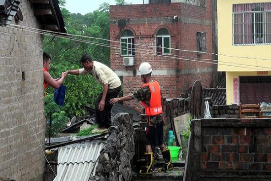 消防官兵在救援被困者。