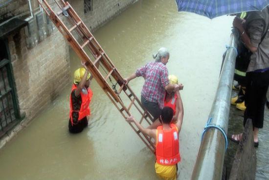 用消防梯转移被困者。