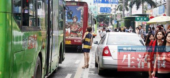 在南宁市青云街,一辆小车停在路边影响到公交车的进站。 当代生活报记者 徐天保 摄