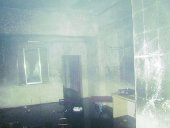 出租屋里的物品已被大火焚毁,现场一片狼藉。南国早报记者魏碧峰 摄