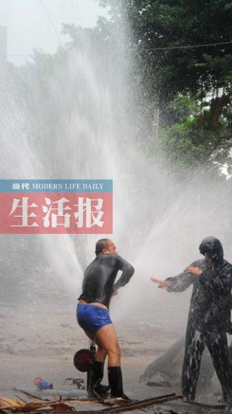 现场抢修。当代生活报讯 见习记者 邓子霖 林芊芊 图