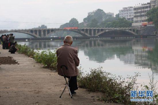 一位老人在观望爆破前的桂林市全州一桥。新华社记者王滋创 摄