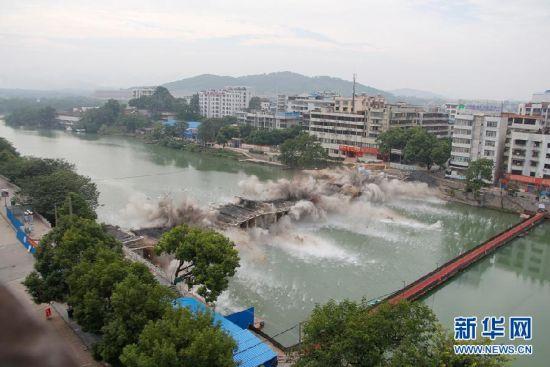 全州一桥爆破拆除瞬间。新华社记者梁倩 摄