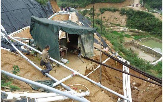 非法开采稀土矿点,布满了采矿用的水管。南国早报记者 邓振福 摄