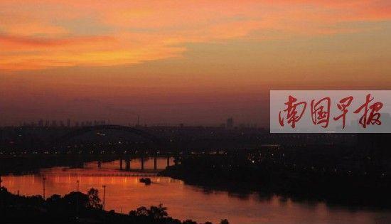 9月29日傍晚,南宁上空出现美丽的火烧云。记者 唐辉吉 摄