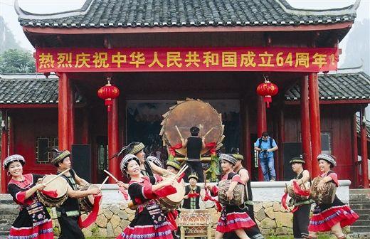 镇圩瑶族乡当地文艺团精彩的表演赢得了热烈的掌声。 南国早报记者刘冬莲 摄