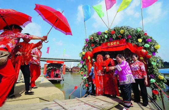 婚礼中的红伞接花船环节。南国早报记者 何定坚 摄