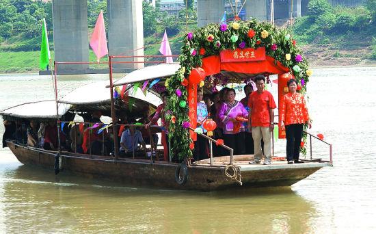 迎亲船载着新郎新娘游邕江。南国早报记者 何定坚 摄