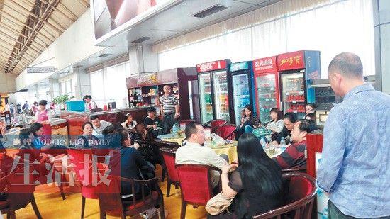 """因护照延误,这群旅客的韩国游""""泡汤""""了。当代生活报记者 梁乾胜 实习生 韦光勇 图"""