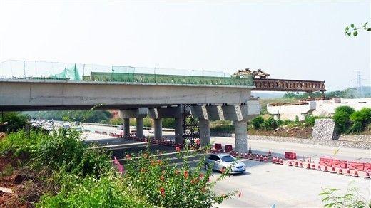 跨越南北高速主线的左半幅空心梁基本跨过了南北高速公路