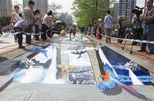 3D立体画吸引市民围观(南国早报记者徐冰/摄)