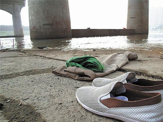 溺水少年留下的衣物。南国早报记者周如雨 摄