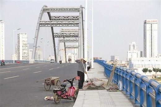 凌铁大桥人行道仍在施工