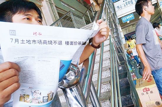 南宁便衣民警潜伏车站抓贼保乘客出行安全