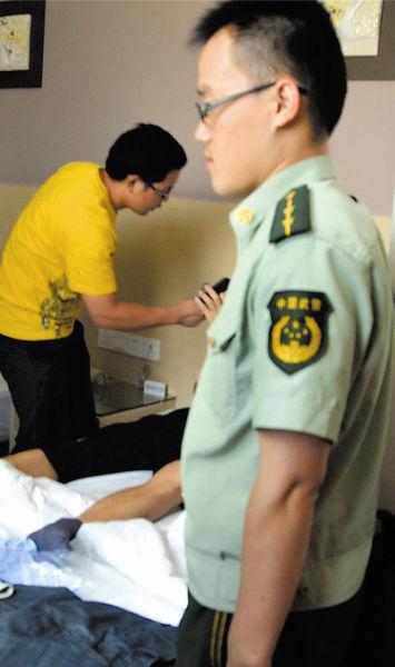 警方来到宾馆为上海游客验伤。南国早报记者许海鸥 摄