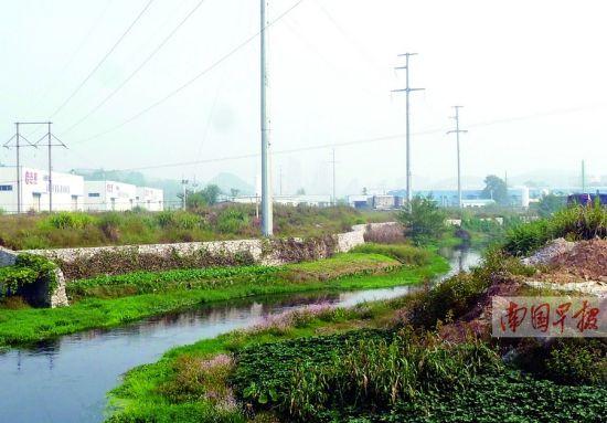 灵渠三里桥上游,土堆不断逼近。