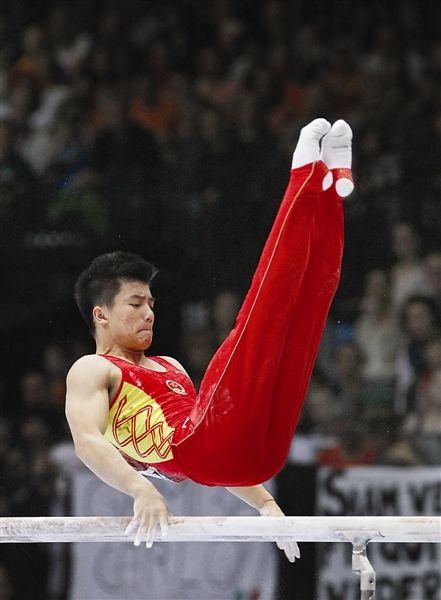 10月6日,林超攀在双杠决赛中(新华社发)