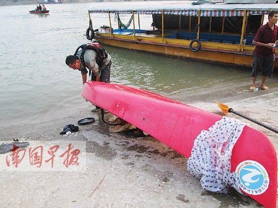 将皮划艇内的积水倒出,以方便拖上码头。