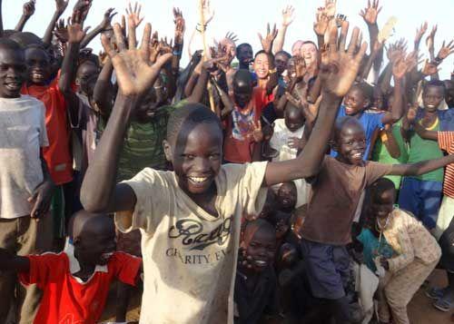 热爱足球的孩子们。