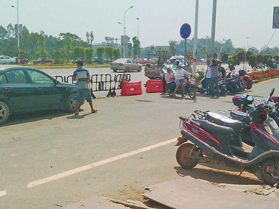 村民正在指挥停车。 南国早报记者 胡铁军 图