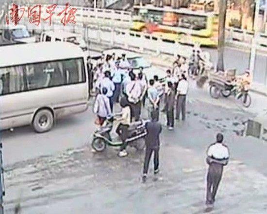 图为引发争执的客车和冲突现场。 视频截图