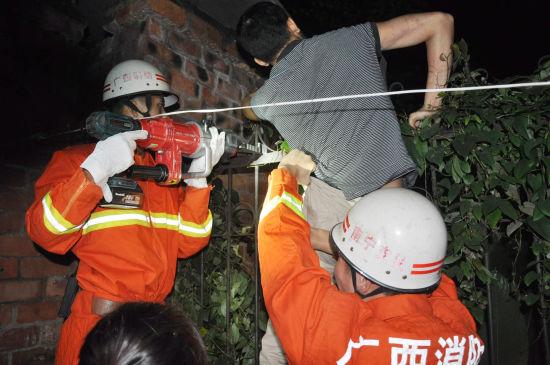 消防官兵在施救。 刘捷 摄