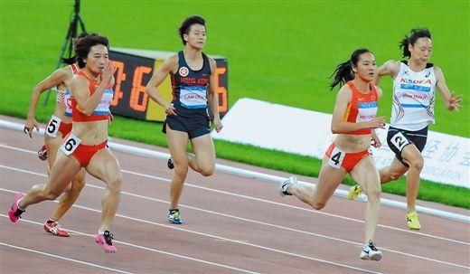 10月8日,韦永丽(右二)在比赛中(新华社发)