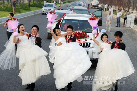 3对新人在西二环路上幸福留影。记者 唐艳兰 摄