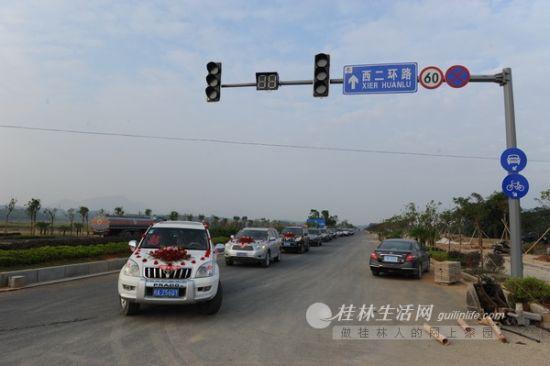婚礼车队通过正在建设的西二环路。桂林生活网记者 唐艳兰 摄