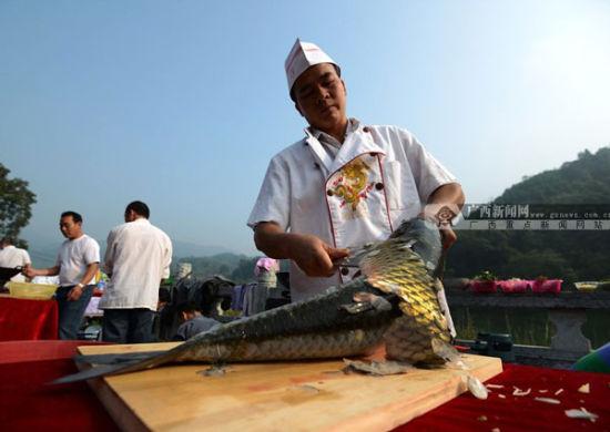 厨师在熟练的刮鱼鳞