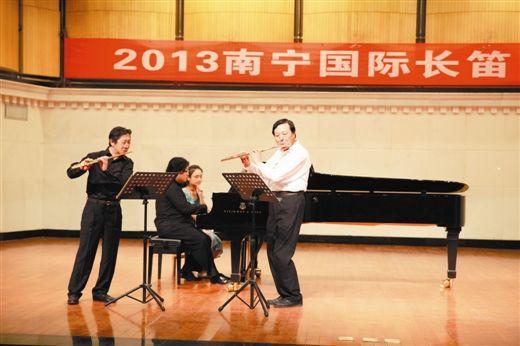 长笛名家陈三庆(左)和张小平合奏乐曲