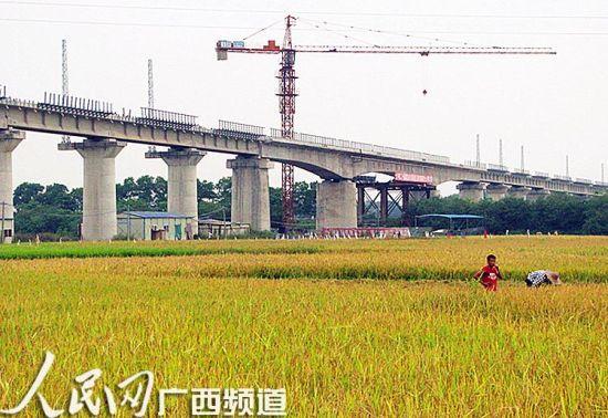 玉铁铁路跨合山特大桥架梁顺利完成