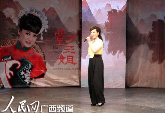 罗宁娜在圆梦《刘三姐》经典歌曲首发仪式上现场演唱