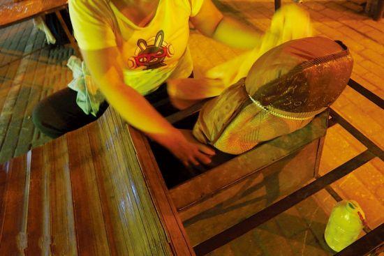 按摩铁架床下面设置有储物箱。南国早报记者 何定坚 摄